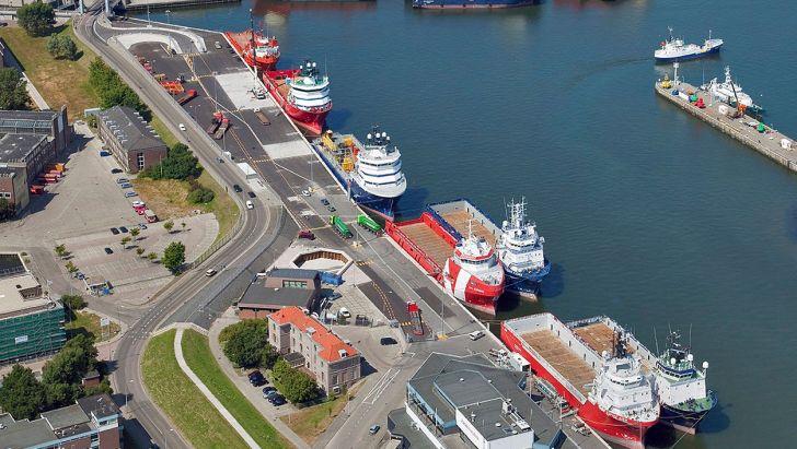 صف کشتی های منتظر برای تخلیه خوراک دام و طیور