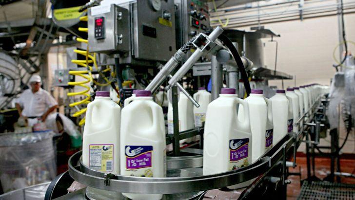 افزایش قیمت شیر خام تصمیم ستاد تنظیم بازار کشور است